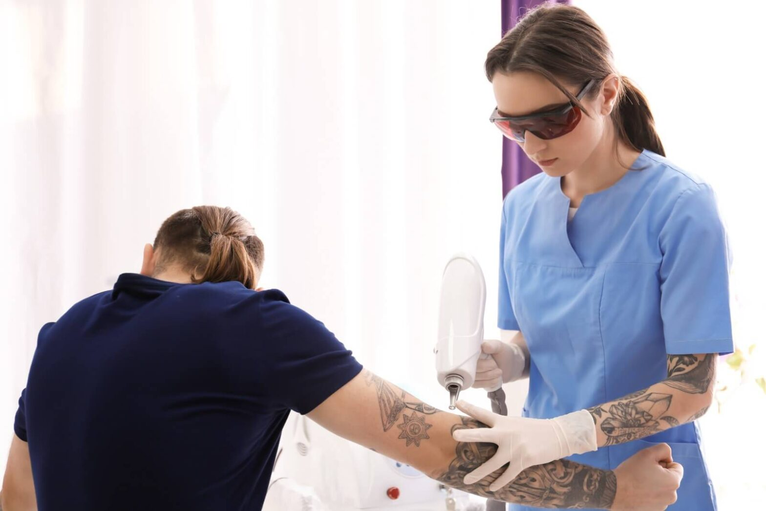 laser tech educates patient about the laser she is using